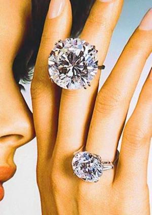 Обручальное кольцо с бриллиантом в коробке
