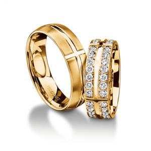 Обручальное кольцо с бриллиантом на пальце