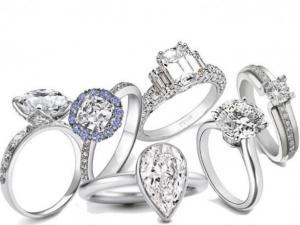 Парень одевает кольцо